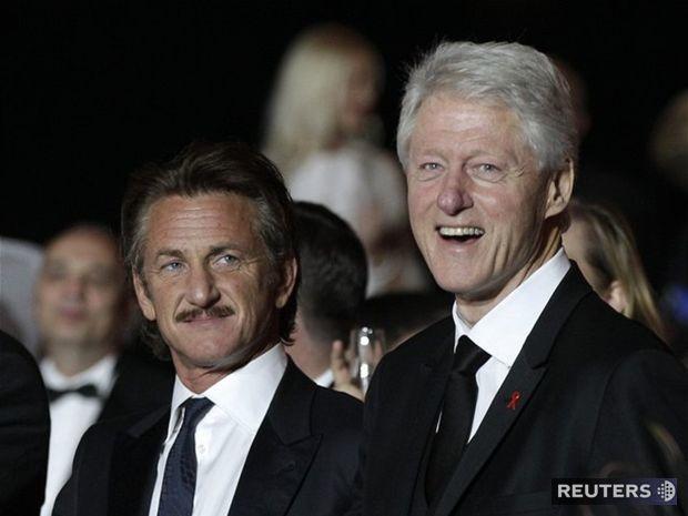 Sean Penn (vľavo) a bývalý americký prezident Bill Clinton