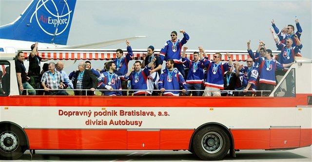 Týmto autobusom sa slovenskí hokejisti presúvali z letiska na Námestei SNP.