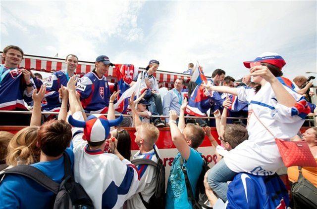 Cestu slovenských hokejistov ulicami  Bratislavy lemovali nadšení fanúšikovia.