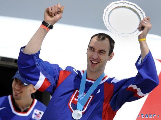 Zdeno Chára vystúpil z lietadla a ukázal fanúšikom na letisku trofej za druhé miesto na šampionáte.