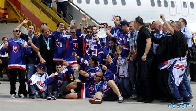 Strieborná partia na bratislavskom letisku.