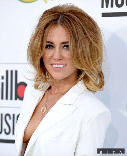 Speváčka Miley Cyrus na vyhlásení cien Billboard Music Awards provokovala. Takto jej vykúkal prsník z odvážnych minišiat.