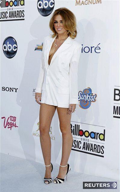 Speváčka Miley Cyrus a jej provokujúci dekolt v minišatách Jeana Paula Gaultiera.