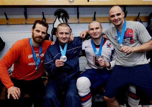 Strieborní Michal Handzuš, Tomáš Surový, Andrej Sekera a kondičný tréner Roman Švantner.