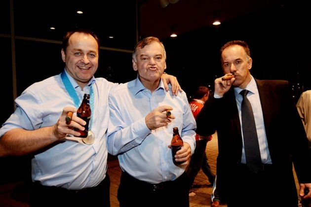 Takto si vychutnávali cigary a pivo generálny manažér tímu Otto Sýkora (zľava), tréner SR Vladimír Vůjtek a prezident SZĽH Igor Nemeček.