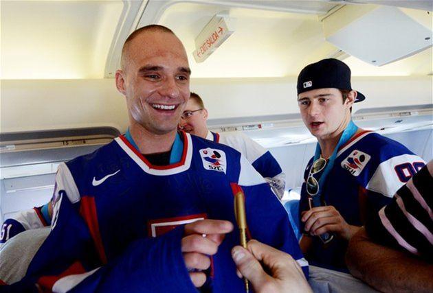 Andrej Sekera si necháva podpísať dres.