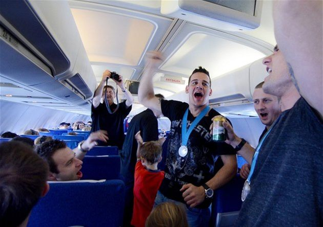 Skvelá nálada v lietadle - Weeee are the champions!!!