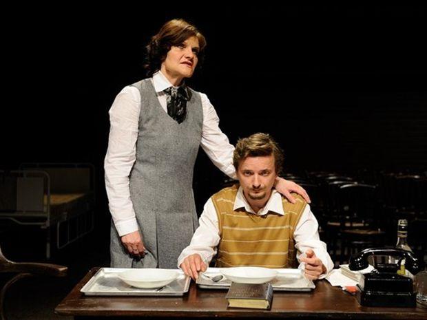 Jana Oľhová ako Zora Jesenská a Dano Heriban ako mladší Ján Rozner v novej hre martinského Slovenského komorného divadla Sedem dní do pohrebu.