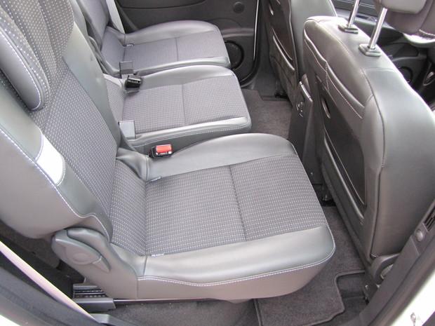 Samostatné zadné sedadlá majú pozdĺžny posuv a sedí sa na nich vyššie. Nad nimi je však stále dosť miesta, takže sa tu usadia aj vyšší pasažieri.