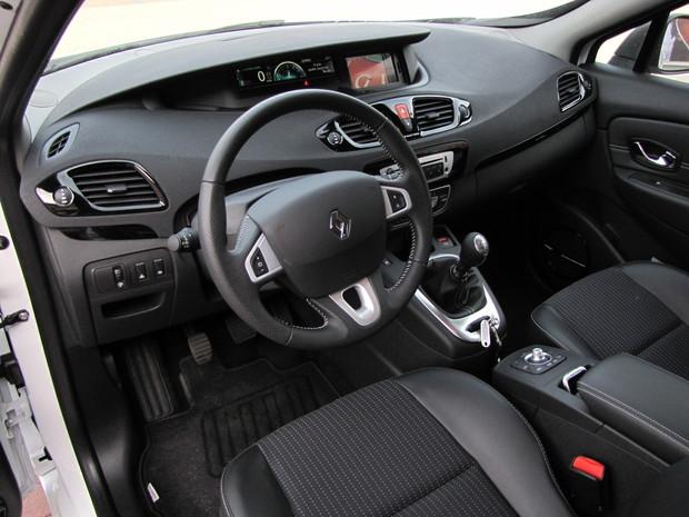 Kvalita interiérov Renaultu prudko stúpa. Materiály patria k tomu najlepšiemu v segmente, zlú povesť predchádzajúcich generácií však aktuálny Scénic napravuje len pomaly.