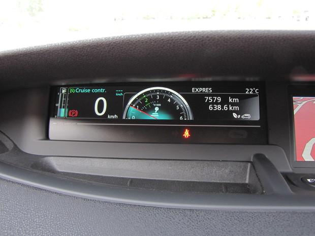 Otáčkomer mení svoje sfarbenie podľa stúpajúcich otáčok a názorne vodiča upozorní, kedy je motor vo svojom optime. Páčila sa nám intuitívnosť a jednoduchosť zobrazenia. Aj technicky menej zdatný vodič tak dostane v čo možno najjednoduchšej forme presne cielenú informáciu.