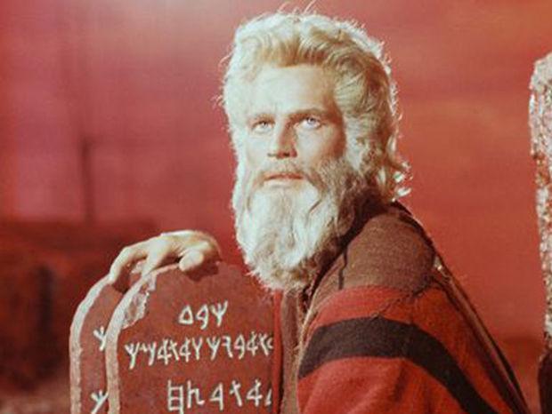 38-nova 4x V roku 1956 stvárnil Mojžiša v snímke Cecila B. DeMilla Desatoro prikázaní Charlton Heston.