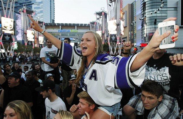 Fanúšikovia v uliciach Los Angeles.