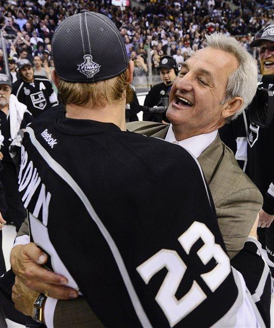 Tréner Los Angeles Darryl Sutter v objatí s kapitánom Dustinom Brownom.