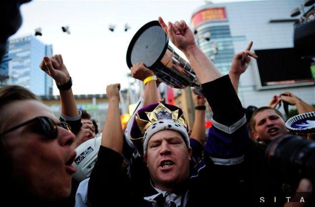 Fanúšikovia Kings v uliciach Los Angeles.