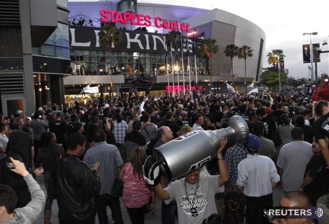 Fanúšikovia pred Staples Center v Los Angeles.
