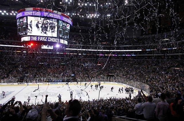 Pohľad na Staples Center a nadšených fanúšikov.