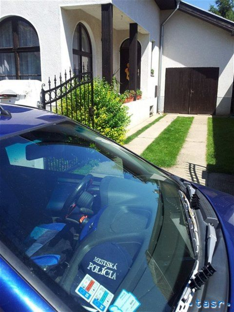 Auto strelca odstavené pred domom, kde sa chcel odstreliť.