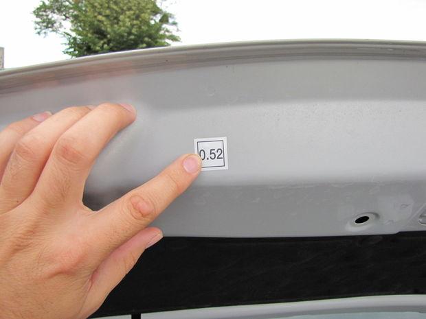 Súčiniteľ absorpcie na motorovej kapote prezrádza, že vo výfuku je filter pevných častíc. Bez neho by sa súčiniteľ pohyboval okolo hodnoty 1.0.