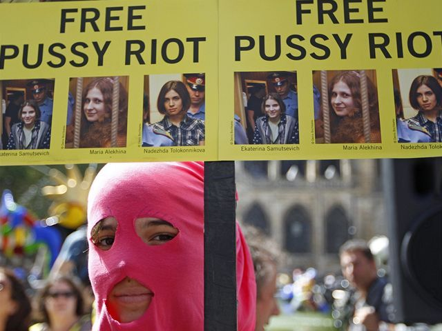Pred budovou súdu sa zhromaždili ľudia, ktorí žiadali slobodu pre členky punkovej kapely Pussy Riot.