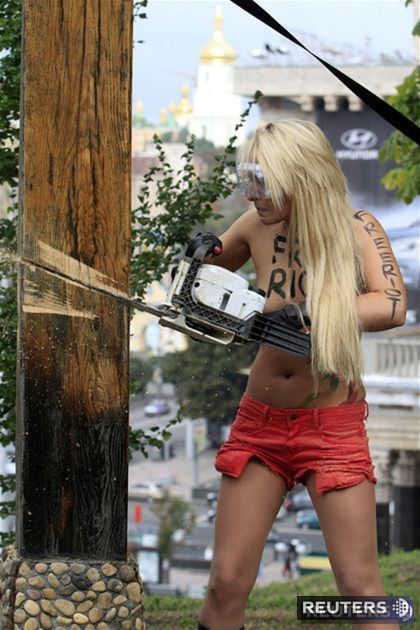 Na protest proti väzneniu hudobníčok z Pussy Riot členka feministickej skupiny Femen v Kyjeve zničila pravoslávny kríž.