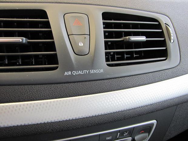 """Ak sa dostanete do znečisteného prostredia, senzor """"Air Quality"""" automaticky prepne na vnútornú cirkuláciu vzduchu v kabíne."""