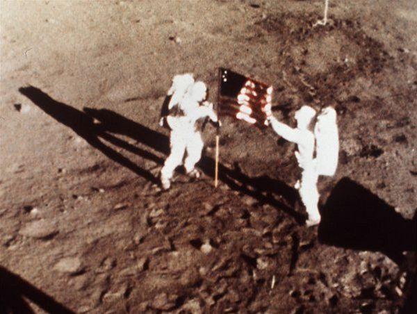 "Neil Armstrong a Edwin ""Buzz"" Aldrin - prví ľudia na Mesiaci."