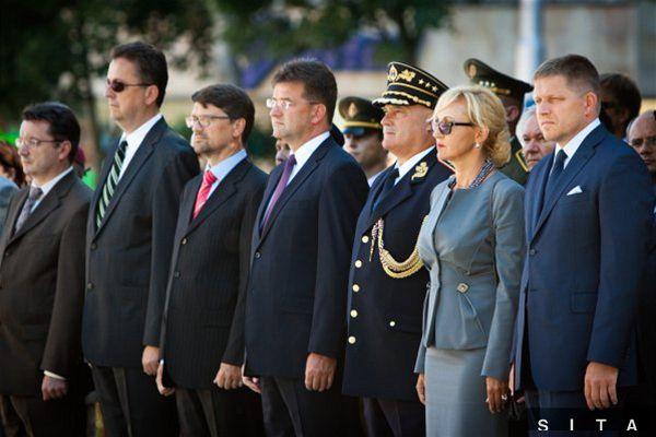 Zprava: Predseda vlády SR Robert Fico a podpredsedníčka NR SR Renáta Zmajkovičová počas pietneho aktu kladenia vencov pri príležitosti 68. výročia Slovenského národného povstania.