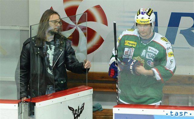 V Skalici otvára dvierka na trestnej lavici náruživý rocker a milovník Johna Lennona. Po jeho boku Tibor Višňovský.