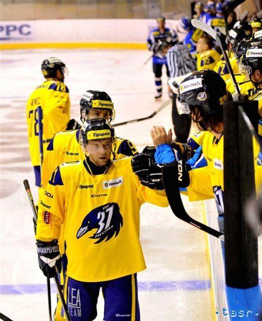 Extraligový nováčik z Piešťan vyhral hneď v 1. kole, keď dobyl ľad Martina po výhre 3:0. V popredí Branislav Jánoš.