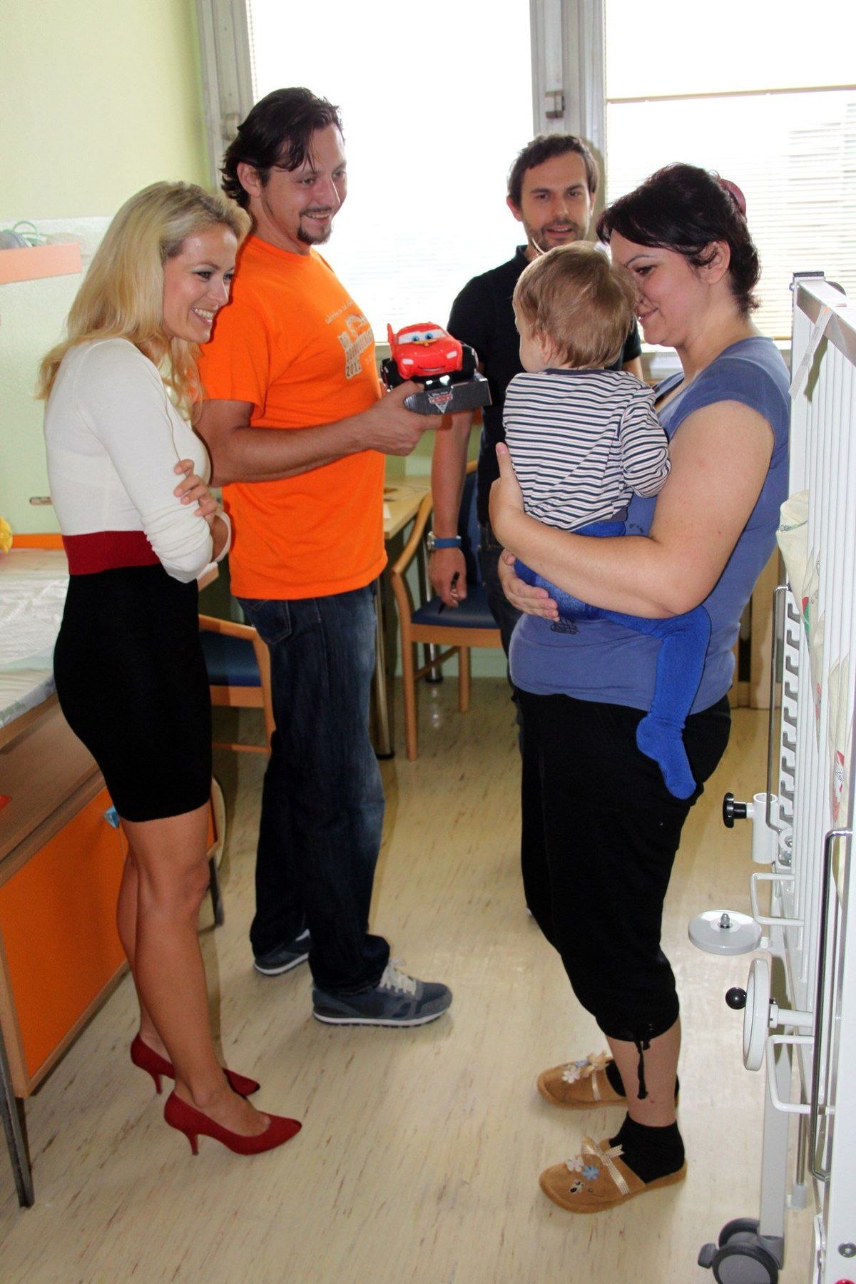 Herec Lukáš Latinák a moderátorka Jana Hospodárová diskutujú s mamičkou malého pacienta z Detského kardiocentra.