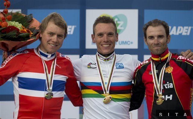 Stupne víťazov. Zľava strieborný Edvald Boasson Hagen z Nórska, v strede zlatý Belgičan Philippe Gilbert a bronzový Španiel Alejandro Valverde.