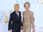 Moderátorka Ellen DeGeneres a jej manželka - herečka Portia de Rossi (v nohavicovom overale Valentino).