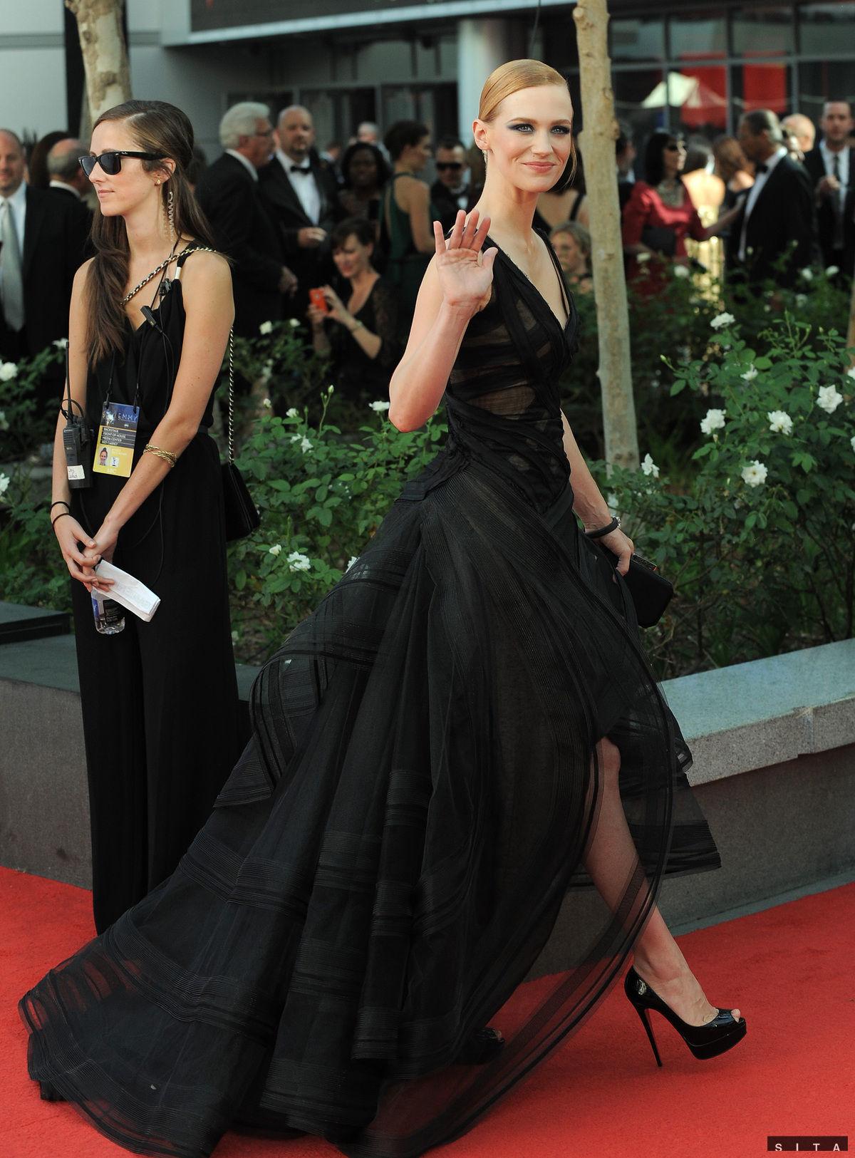 Herečka January Jones kráča na slávnostný ceremoniál Emmy 2012.