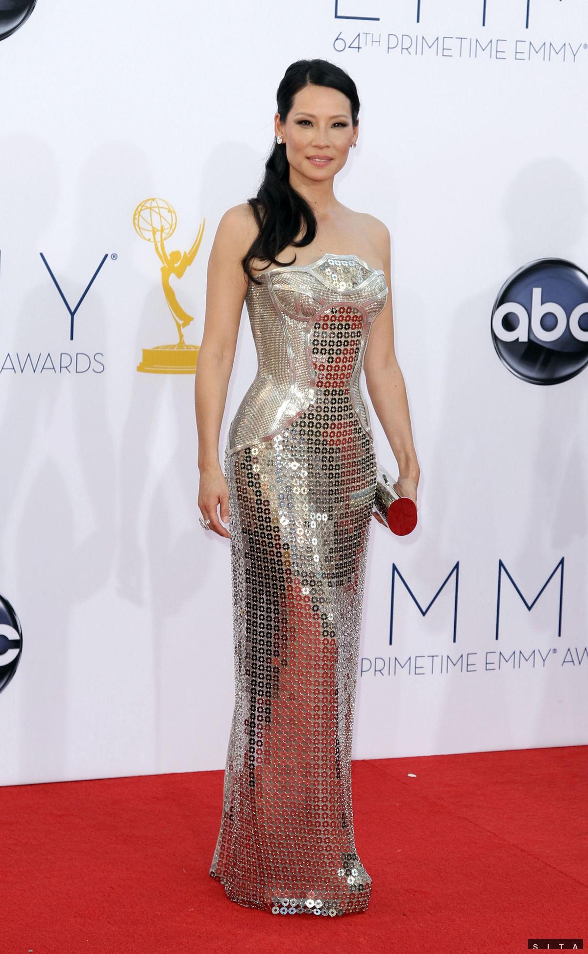 Sexi siréna večera - herečka Lucy Liu v róbe od Versace.