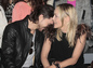 """Mladý milenec Martin Mica sa túli k herečke Sharon Stone. Na prehliadke Fendi predvádzali pred objektívom takéto """"divadlo""""."""