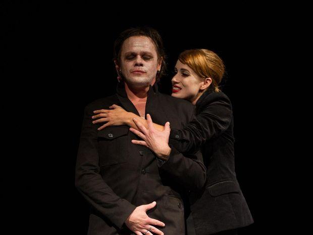 38-oresteia 2x Robert Roth ako Orestés a Táňa Pauhofová ako Elektra v Aischylovej dráme Oresteia.