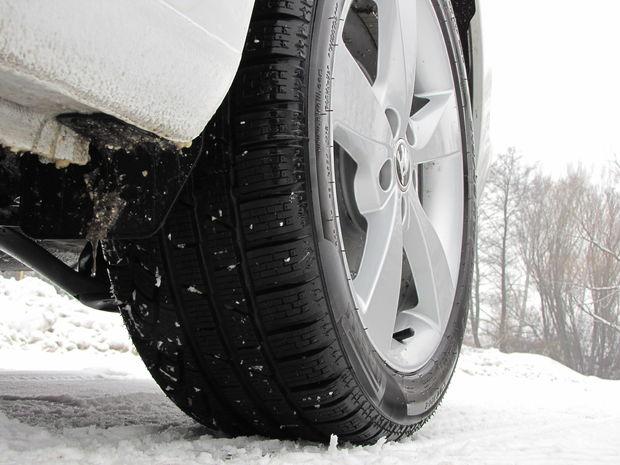 S pneumatikami Pirelli Sottozero 215/45 R 16 bol Rapid v kabíne trochu hlučnejší. Zavesenie si však s nízkym profilom dokázalo poradiť.