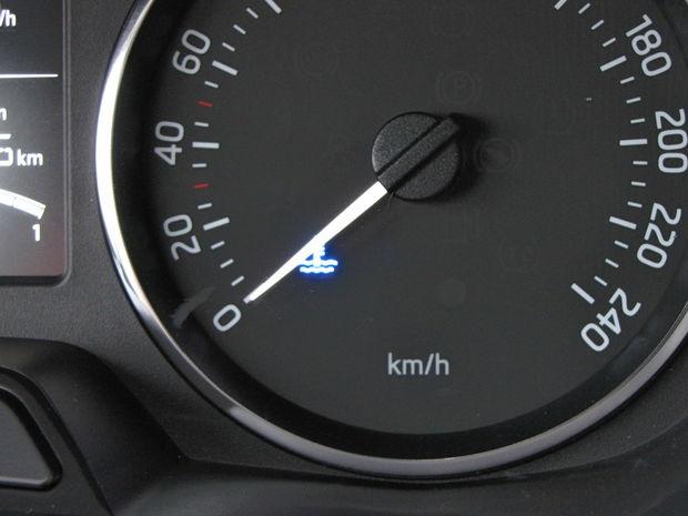 Na prístrojovom štíte nám chýbal teplomer chladiacej kvapaliny. Namiesto nej je tu len modrá kontrolka informujúca o podchladenom motore. Približne po dvoch minútach jazdy zhasla (po rannom naštartovaní studeného motora).