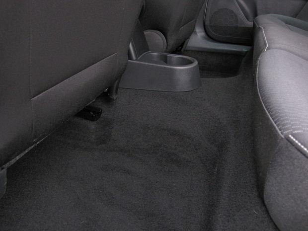 Masívny tunel na podlahe znižuje komfort sedenia prostredného cestujúceho vzadu.