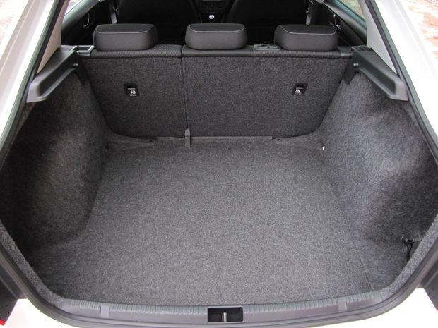 V kufri nášho Rapidu obojstranný koberec chýbal. Automobilka vám ho dodá za 47 eur.