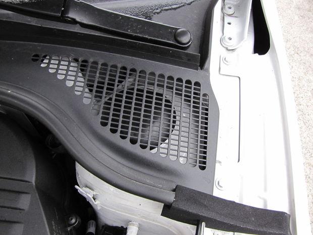 Z niektorých detailov cítiť poctivý prístup ku konštrukcii. Vrchné uloženie tlmičových vzpier má Rapid zakrytované ochranným plastom.