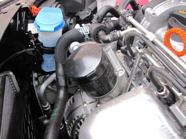 Olejový filter je na prístupnom mieste. S motorom 1.2 TSI (63 kW/86 k) utiahne brzdený príves ťažký 1100 kg, s výkonnejšou verziou toho istého motora (77 kW/105 k) si poradí s prívesom ťažkým až 1200 kg.