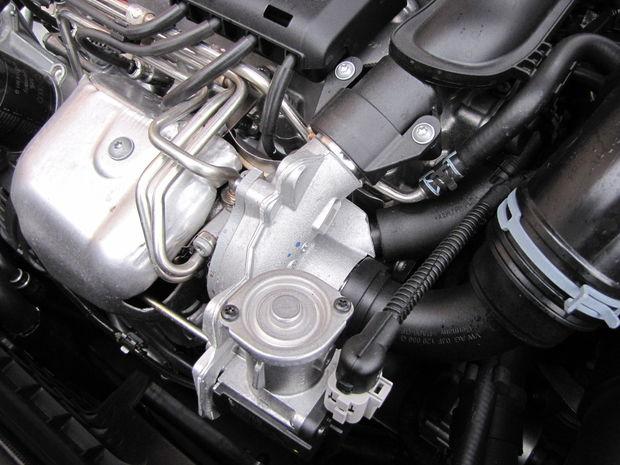Malé turbodúchadlo musí znášať obrovské teploty, čo mu ešte donedávna spôsobovalo problémy. Z dôvodu prehrievania zlyhávala regulácia jeho obtokového ventilu. Konštruktéri tento problém údajne už vyriešili.