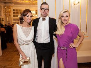 Dizajnér Fero Mikloško s klientkou Zorou Czoborovou (vľavo) a Gabrielou Drobovou z Fashion TV.
