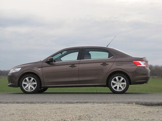 Peugeot 301 je postavený na predĺženej platforme PSA označenej číslicou 2. Rovnakú používajú napríklad aj Citroëny C3, DS3, či Peugeot 208.