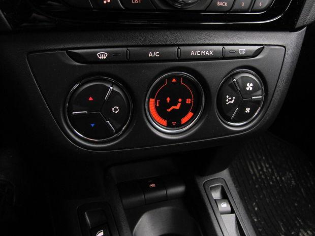 Displej zobrazujúci úroveň teploty a intenzitu ventilátora navodzuje pocit, že v aute máte automatickú klimatizáciu. V skutočnosti je to len klasická manuálna klimatizácia. Šikovný trik.