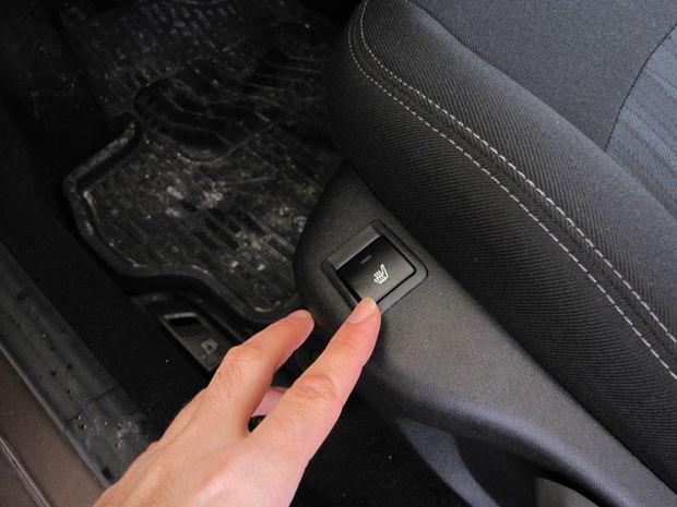 Odporový drôt pod látkovým čalúnením dokáže predné sedadlá pekne rozpáliť. Jednoduchý termostat sa však stará o potrebnú ochranu, takže v pravidelných cykloch vyhrievanie zapína a vypína. Pod zadkom tak cítite horúco, následné chladnutie, znova ohrev a tak dookola.