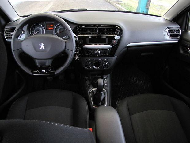 Palubná doska nevyzerá zle, problematické je však malý rozsah výškového nastavovania volantu (rovnako ako kedysi v Peugeote 206).