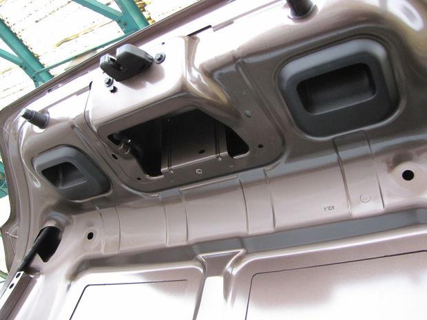 Chýba aj vnútorné čalúnenie veka. Komu by to však chýbalo? Zákazníci tohto sedanu skôr ocenia, že za obkladové plasty nemusia vôbec platiť.